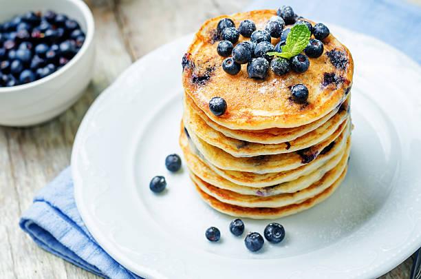 blueberry ricotta pancakes - ricotta stock-fotos und bilder