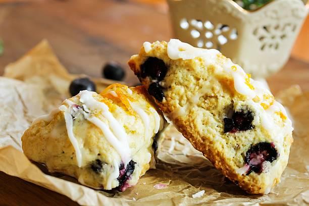 blueberry scone hausgemachte - scones backen stock-fotos und bilder