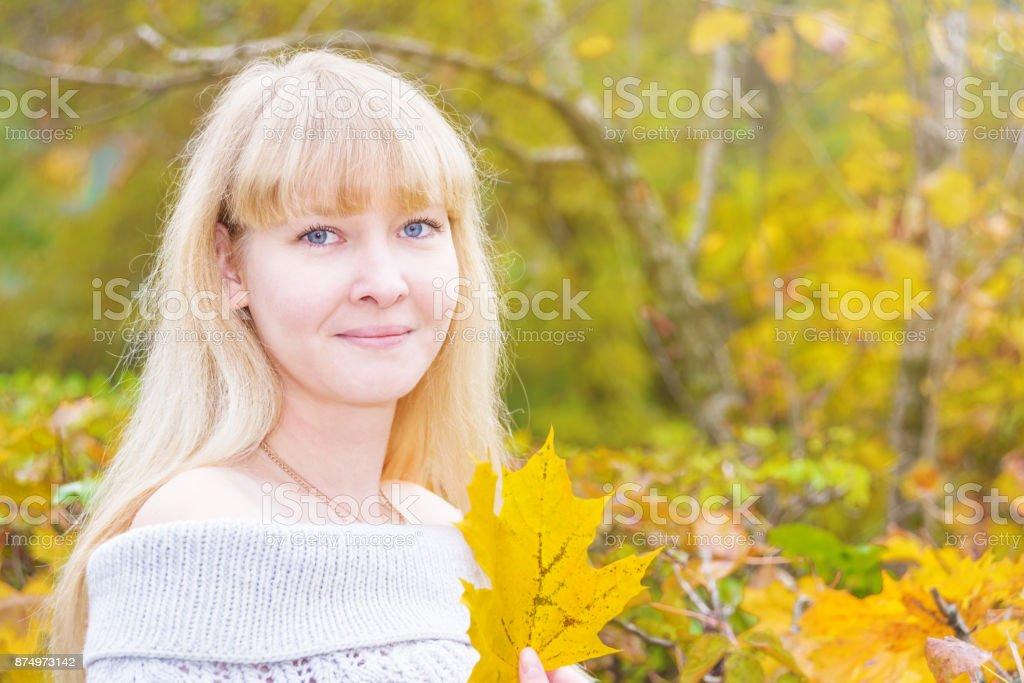 Blauäugige Blondine in einem herbstlichen park – Foto