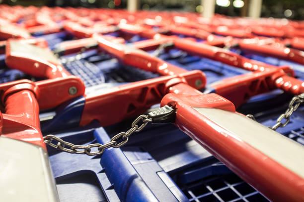 Carros de la compra azul-rojo en un aparcamiento - foto de stock