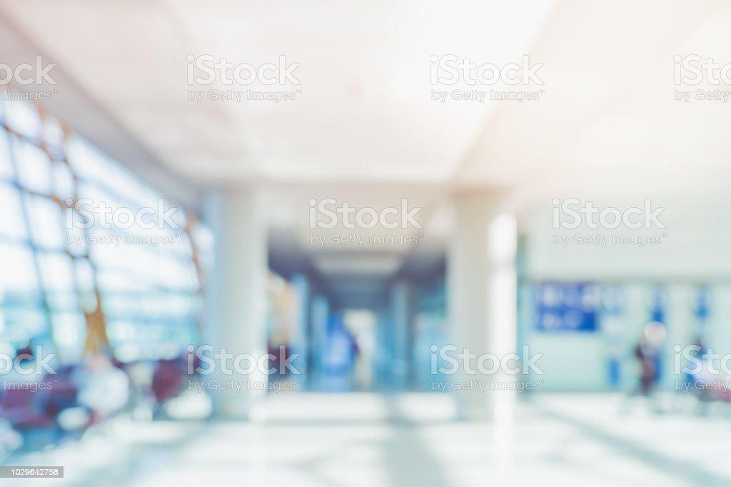 weichzeichnen sie hintergrund des kaufmanns zu fuss in der flur im kongress saal geschaftsstelle