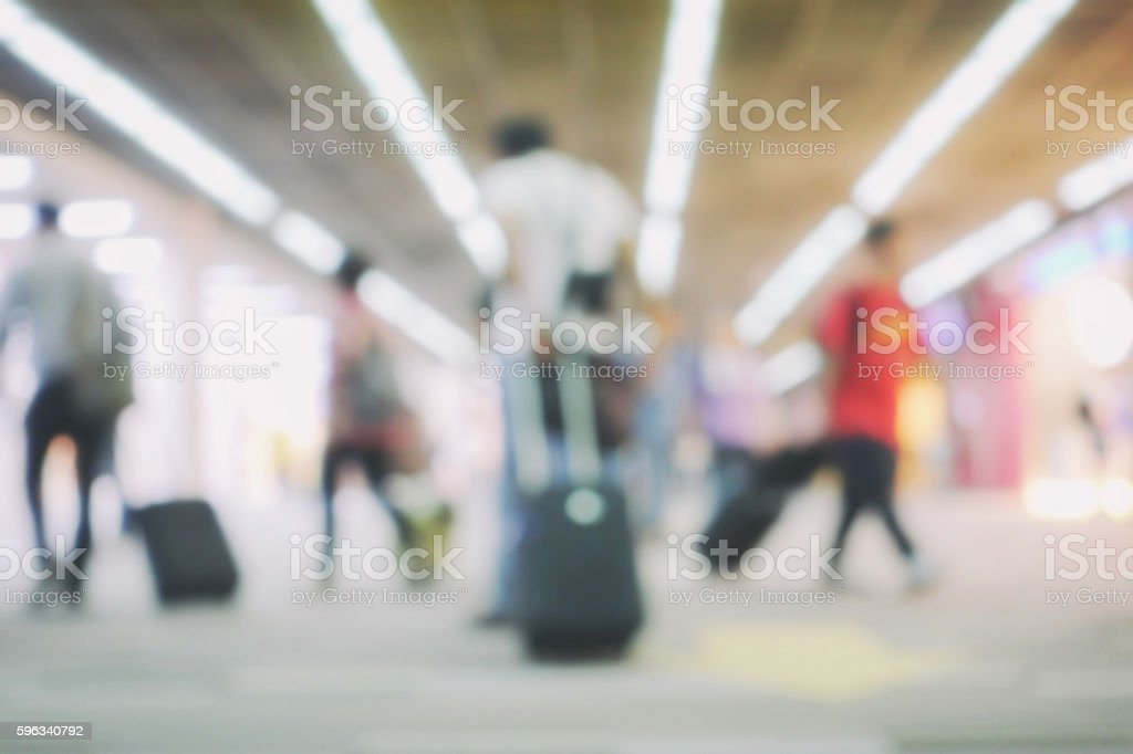 blur background of terminal departure with passengers in airport Lizenzfreies stock-foto