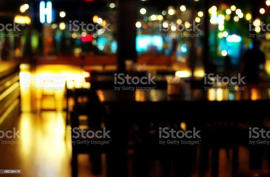 Desfoque bar à noite - foto de acervo