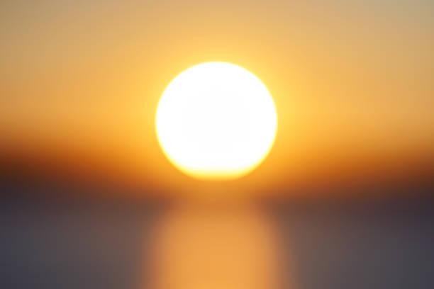 模糊的大明亮橙色陽光碟在日落的一天在天空特寫鏡頭。 - 太陽光 個照片及圖片檔