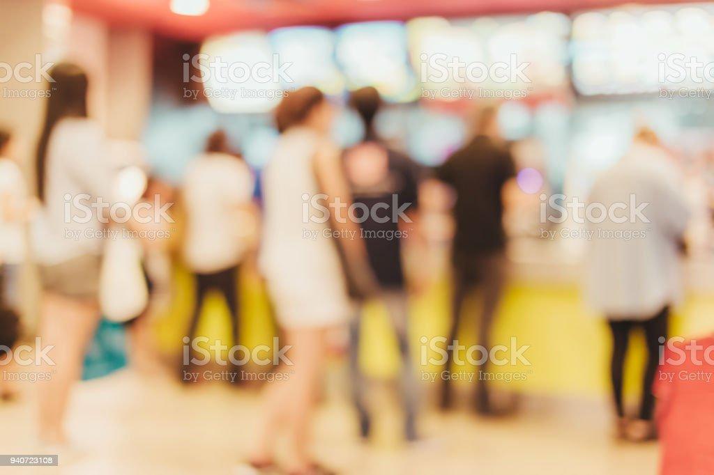flou d'arrière-plan de l'image du compteur avec des gens dans la boutique de restauration rapide photo libre de droits