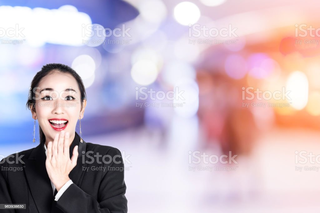 BEAUTIFUL ASIAN WOMAN SURPRISE POSE ACTION WITH blur image background of shopping mall - Royalty-free Adult Stock Photo