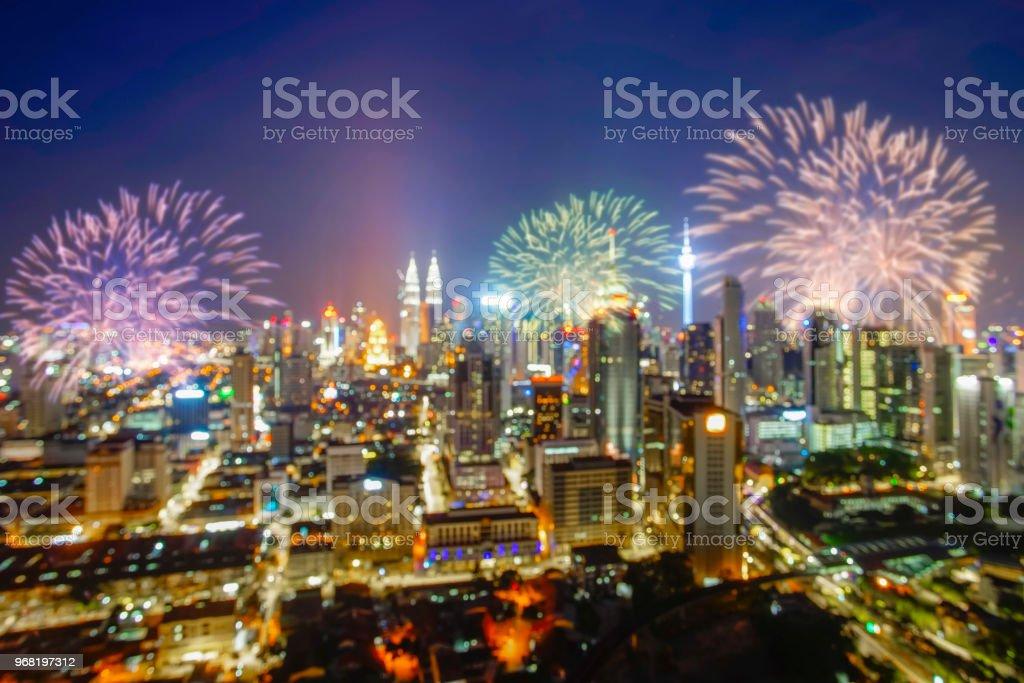 Bild der Feuerwerkskörper über Kuala Lumpur Stadt auf Silvester Countdown zu verwischen. – Foto