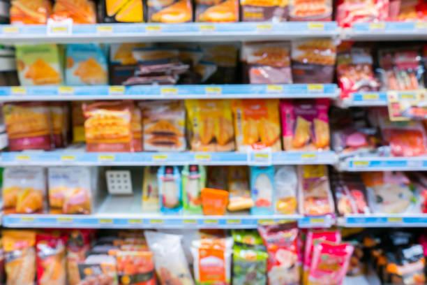desfocar a imagem de prateleira com loja de produto do consumidor no supermercado - junk food - fotografias e filmes do acervo
