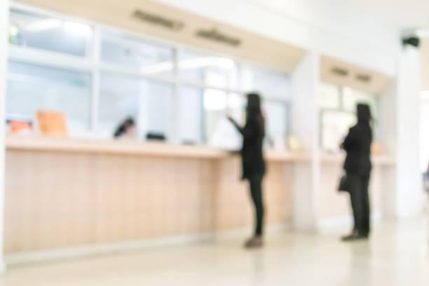 sfocare il banco del servizio clienti o pazienti in background medico, la lobby dell'ufficio o gli interni della banca - banca foto e immagini stock