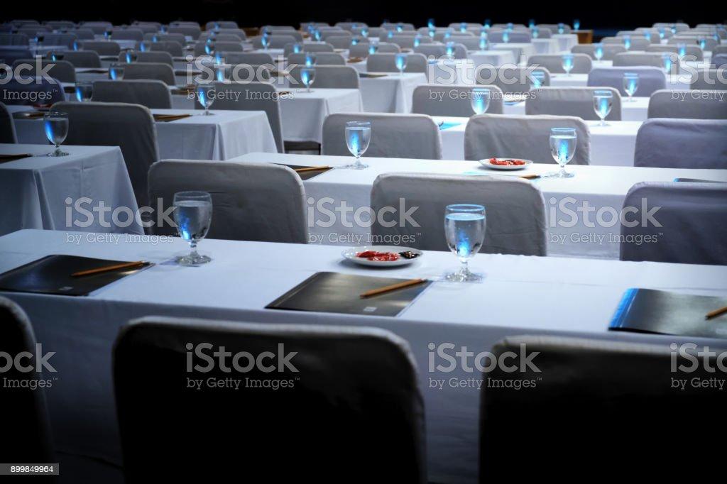 Unschärfe Tagungsraum bereit für ein Busines, Arbeitsplätze, Gläser Wasser und Notizbücher Bleistift auf den Tisch – Foto