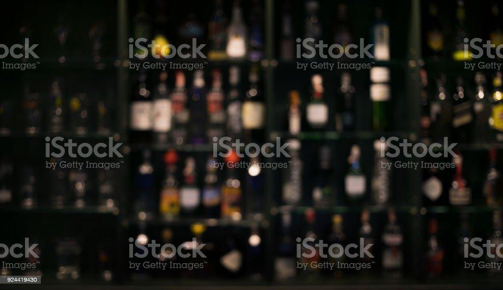 Flou de bouteilles comptoir bar fond photo libre de droits