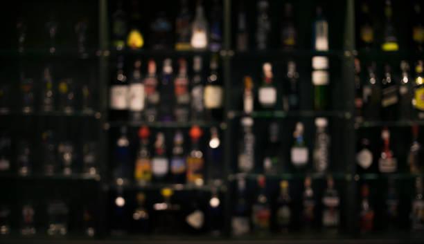 Blur der Flaschen gegen bar Hintergrund – Foto