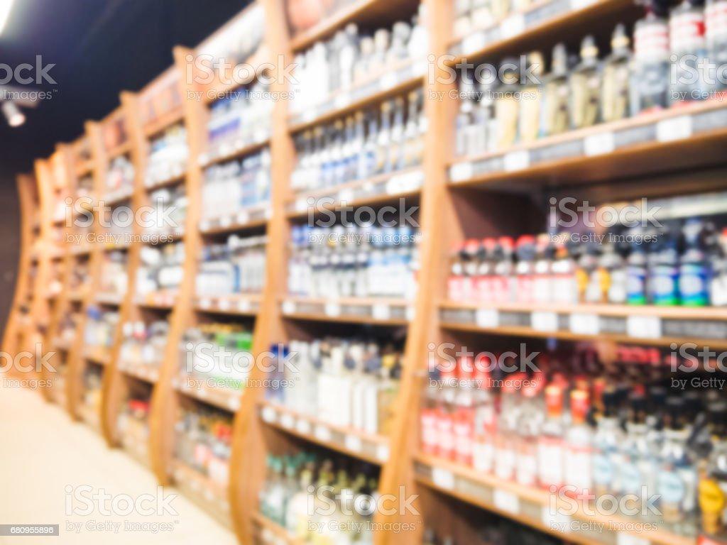 blur of supermarket shelves with alcohol bottles foto