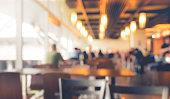 カフェ、レストラン光ボケ背景の人々 をぼかし。