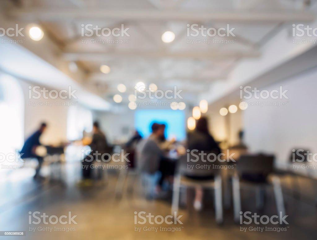 屋内インテリア オフィス スペースに座って人々 をぼかし ストックフォト