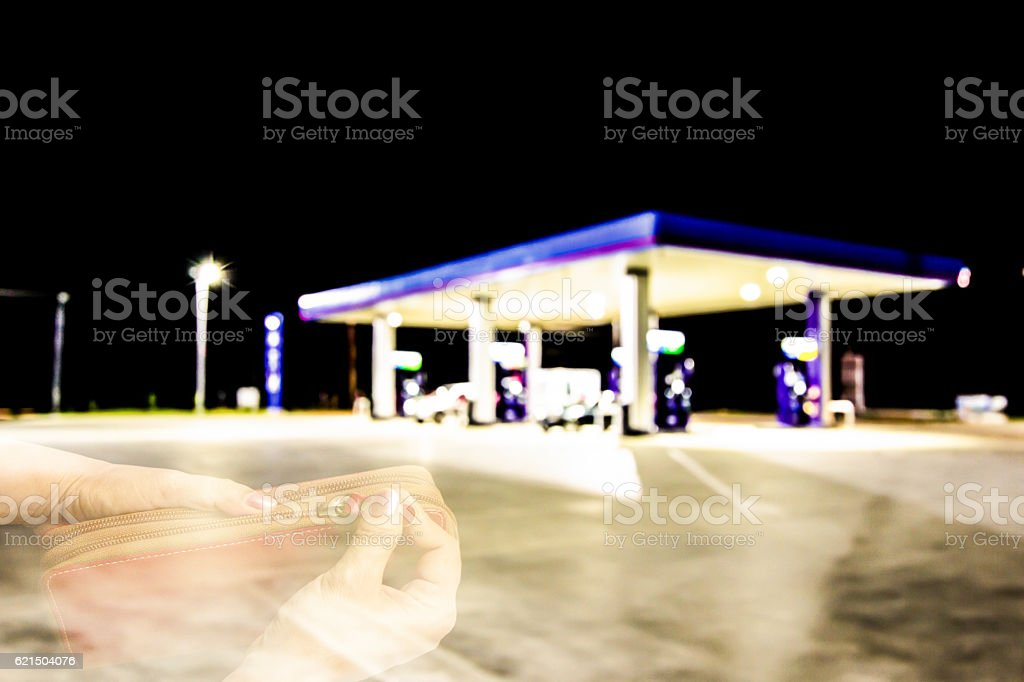 blur petrol stations and women bag is opened by hand foto stock royalty-free