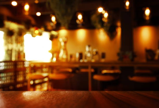 暗い明るいカフェかバー内部背景と木製のテーブルの上部をぼかし ストックフォト