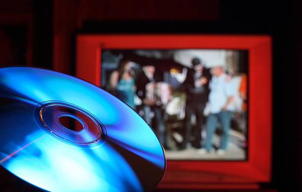 disque de dvd blu-ray contre rouge - blu ray disc photos et images de collection