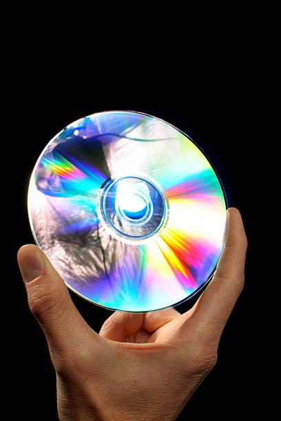 disque de dvd blu-ray dans la main - blu ray disc photos et images de collection