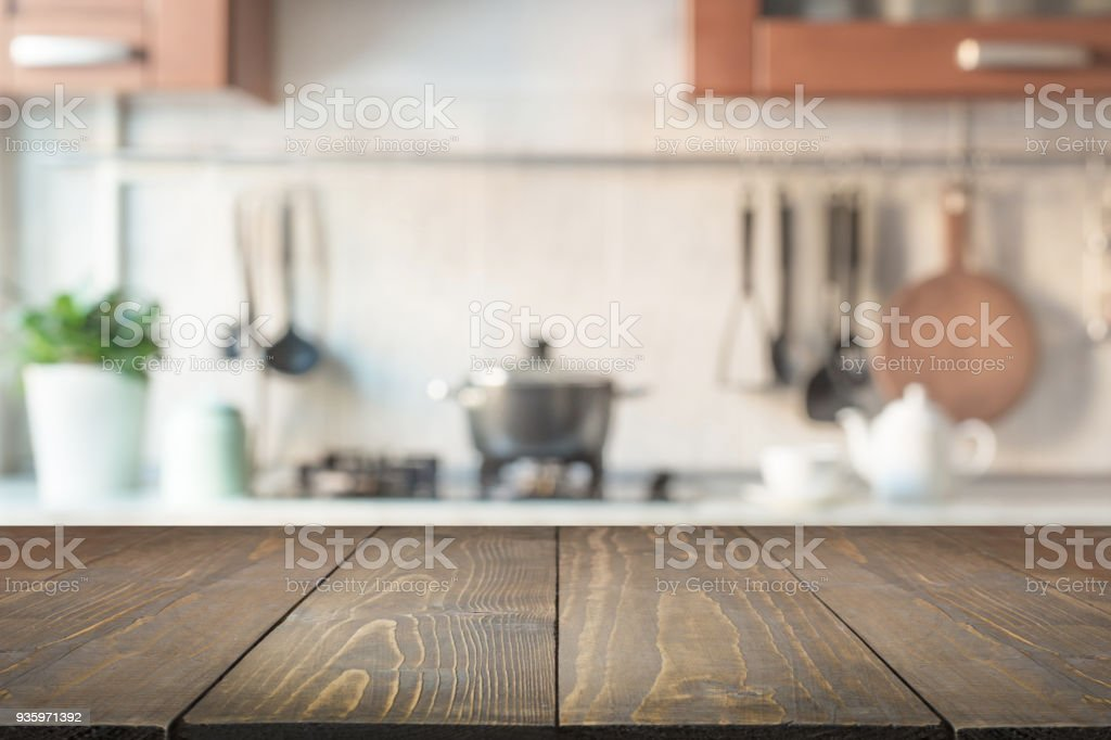 Fundo desfocado abstrato. Cozinha moderna com mesa e espaço para exibir seus produtos. - foto de acervo
