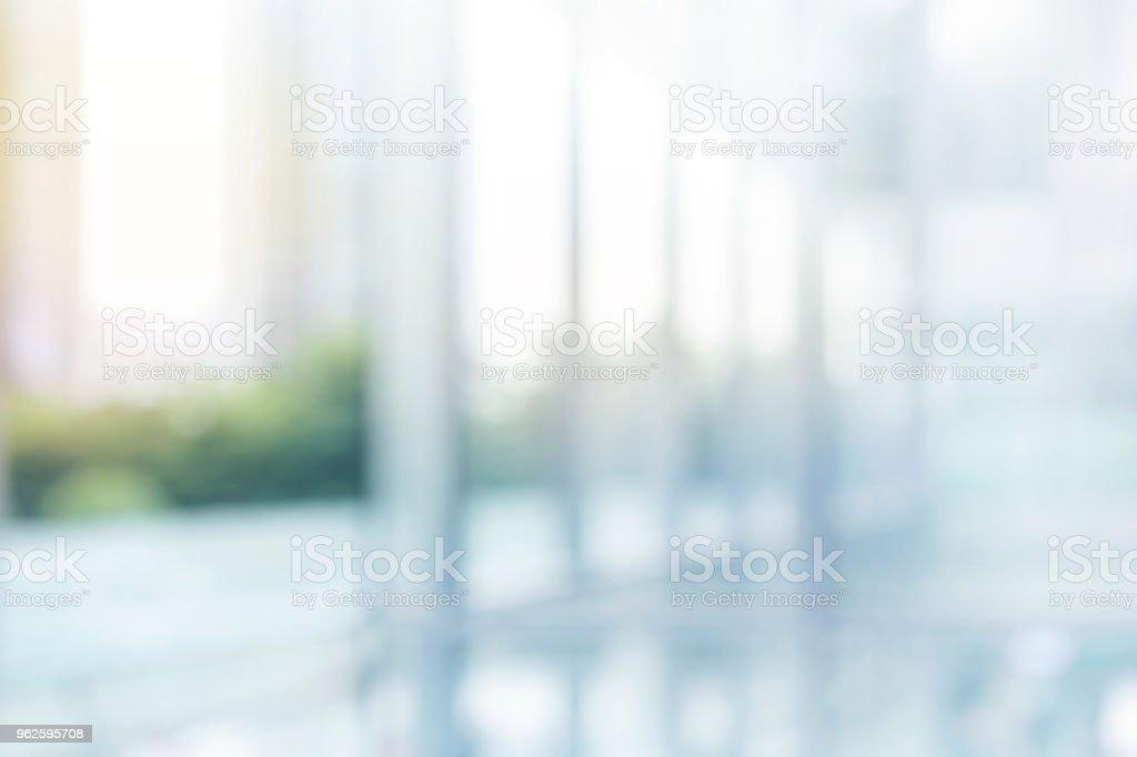 ぼやけている抽象的な灰色のガラス壁の建物の背景。 ロイヤリティフリーストックフォト