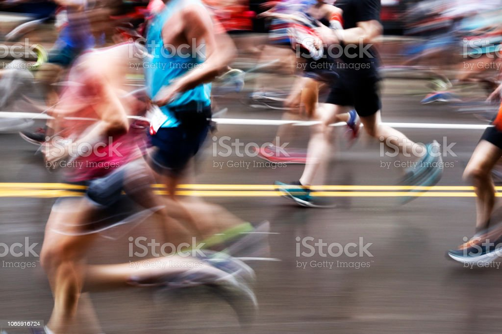 Blurred Action Of Marathon Runners On City Street - Foto stock royalty-free di Ambientazione esterna