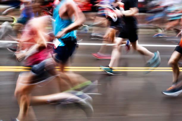 acción borrosa de corredores de maratón en la calle de la ciudad - maratón fotografías e imágenes de stock