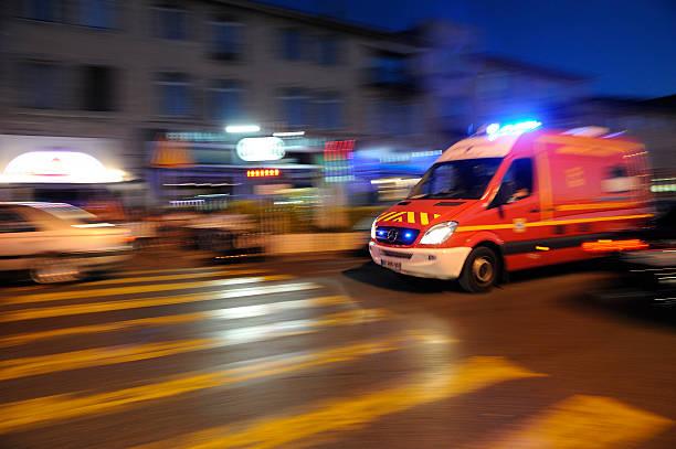 ambulance flou course à travers les rues de Marseille - Photo