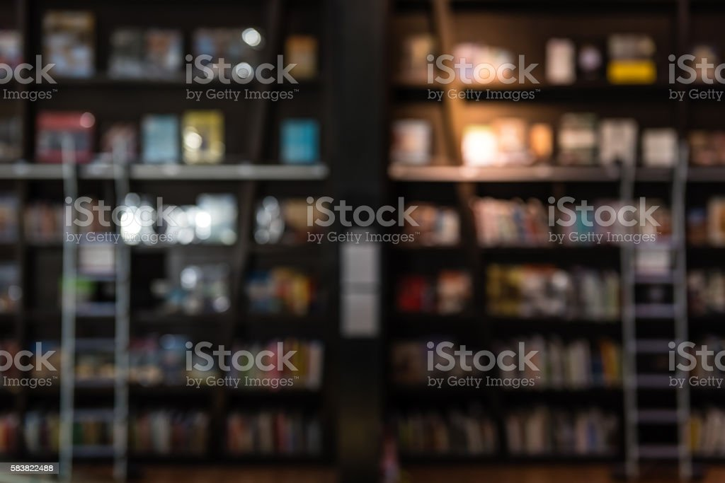 blurred backgroun of bookshelf in a library – Foto