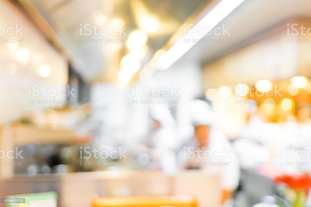 Arrière-plan flou:  Les groupes de Chef cuisiner dans une cuisine ouverte - Photo