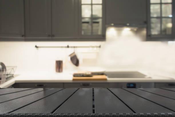 der hintergrund jedoch unscharf. moderne defokussierten grau küche oder einem café mit tischplatte und platz für sie. - kochinsel stock-fotos und bilder
