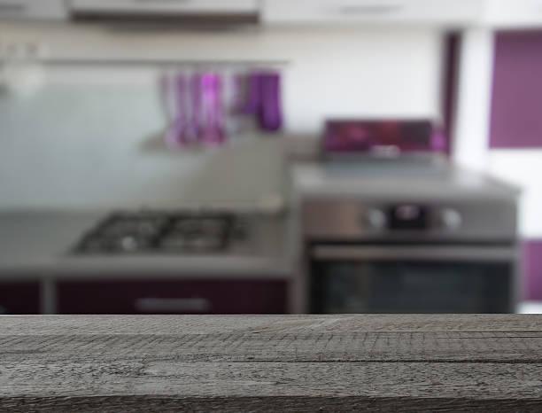verschwommene hintergrund. moderne küche mit tischplatte und platz für sie. - küche deko lila stock-fotos und bilder