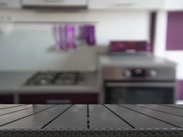 verschwommene hintergrund. moderne küche mit tischplatte und platz für sie. - küche lila stock-fotos und bilder
