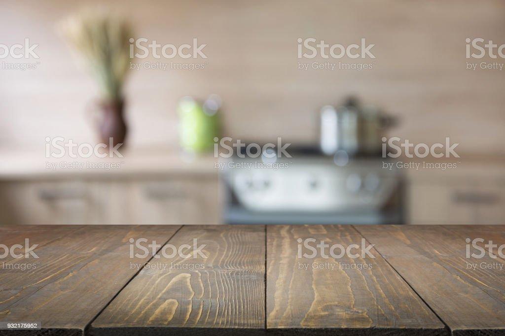 Fundo desfocado. Cozinha moderna com mesa e espaço para você. - foto de acervo
