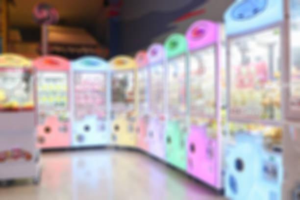 unscharfen hintergrund eines arcade-spiel oder coin-op ist eine münz-unterhaltung-maschine in der regel installiert in öffentlichen unternehmen wie restaurants, bars und spielhallen. - pinball spielen stock-fotos und bilder