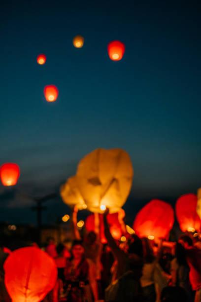 blurred background of sky lantern - festival delle lanterne cinesi foto e immagini stock