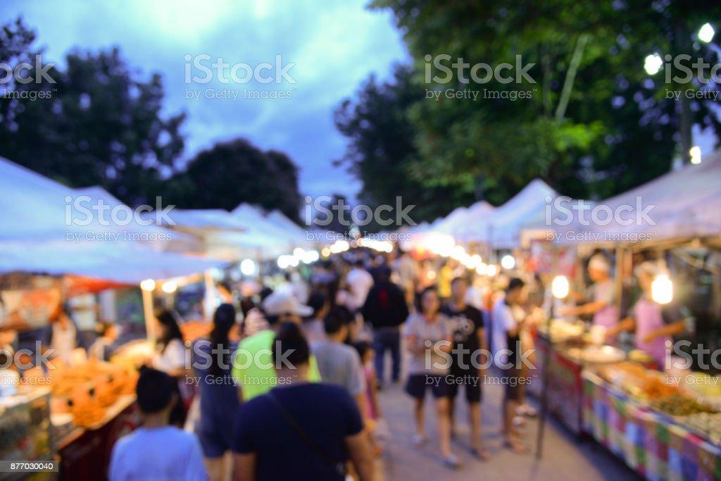 Fondo borroso de caminar calle mercado en bangkok Tailandia. Turismo a pie en el mercado local de la calle para ir de compras en fin de semana - foto de stock