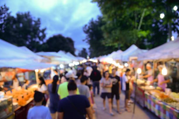Unscharfen Hintergrund des Gehens Straßenmarkt in Bangkok Thailand. Touristen, die zu Fuß in der lokalen Straße Markt zum Einkaufen in Wochenende – Foto