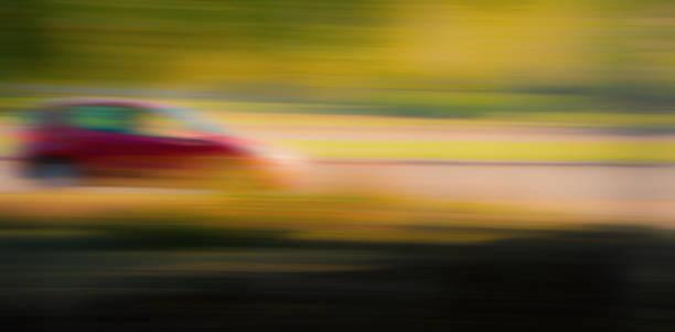 fondo borroso. el coche se conduzca a través la ciudad calle, temporada otoño. - sequence animation fotografías e imágenes de stock