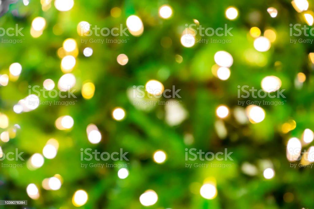 Fundo desfocado com bokeh luzes verde/closeup de turva árvore de Natal com luzes - foto de acervo