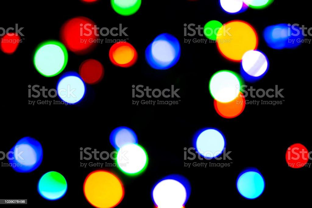 Luzes de Natal fundo/borrado de fundo desfocado com luzes bokeh colorido roxo escuro e azul - foto de acervo