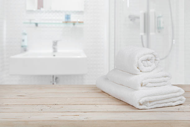 blurred bathroom interior background and white spa towels on wood - 욕실 뉴스 사진 이미지