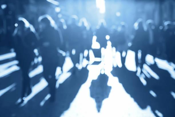 multitud de personas azul borrosa - lifestyle color background fotografías e imágenes de stock