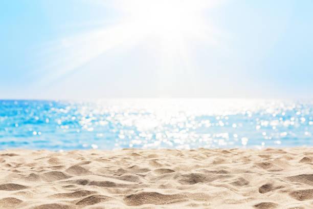 cielo azul borroso y mar con luz bokeh. - playa fotografías e imágenes de stock