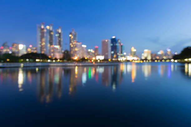 réflexion de nuit floue bokeh bleu crépuscule ville - lieu générique photos et images de collection