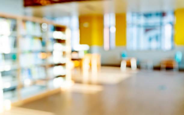 Verschwdenes Bücherregal in öffentlicher Bibliothek – Foto