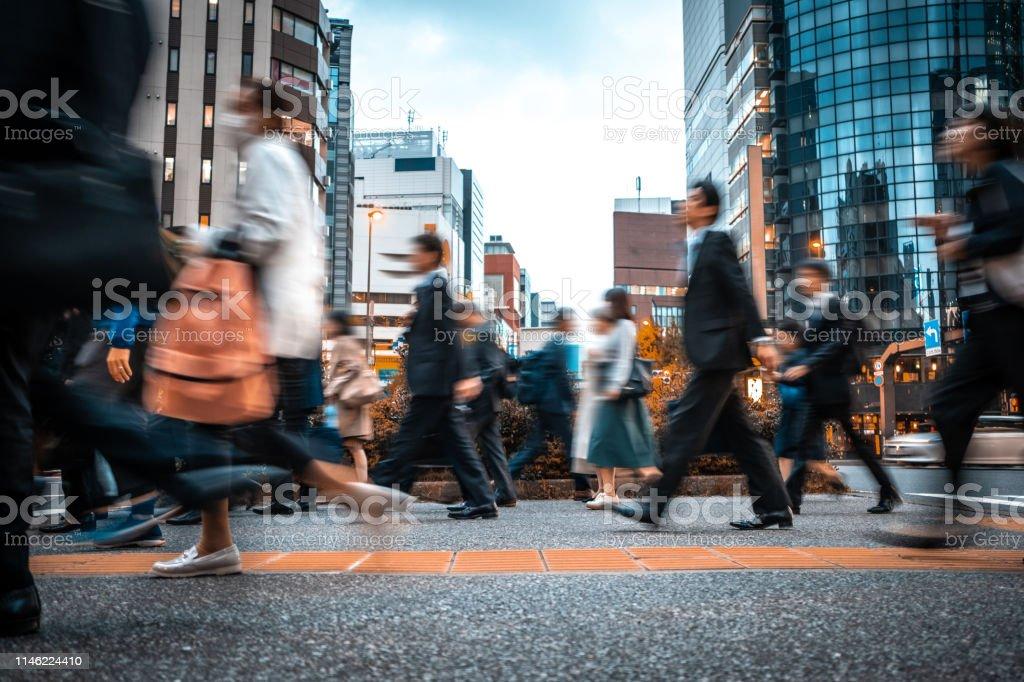 Suddiga affärs människor på väg från jobbet - Royaltyfri Affärsmänniska Bildbanksbilder