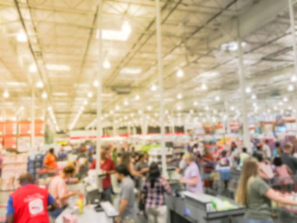 contador de comprobación ocupado borrosa con apoyo de vendedor en tienda de venta por mayor - lleno fotografías e imágenes de stock