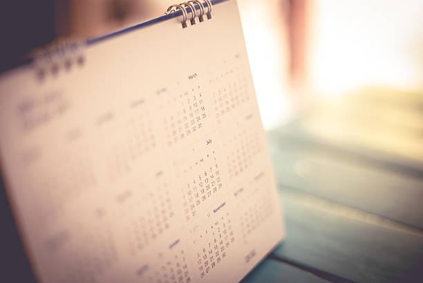 Página de calendario borrosa fondo azul. - foto de stock