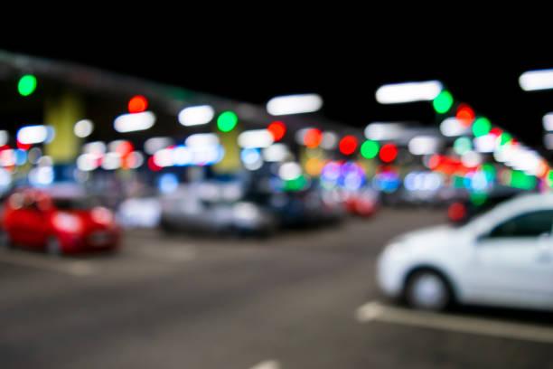 Verschwommene Autos auf dem Parkplatz in Einkaufszentrum. Bokeh Lichter Hintergrund. Abstrakte Unschärfe Parkplatz für Hintergrund. Verschwommenes Parken von Autos und Bokeh-Lichtkonzept – Foto